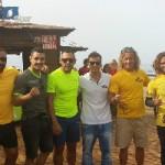 """Adasat """"Toro"""" Rojas y su entrenador, con los niños de la escuela AronaSurf"""